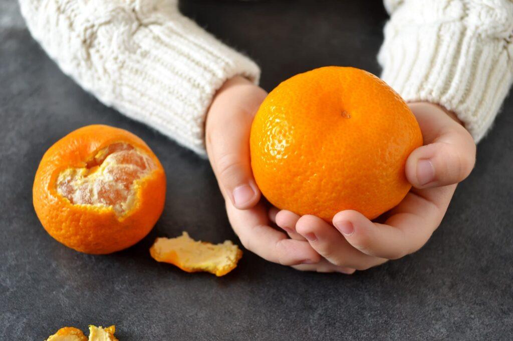 Consumo de frutas ricas en vitamina C como la mandarina