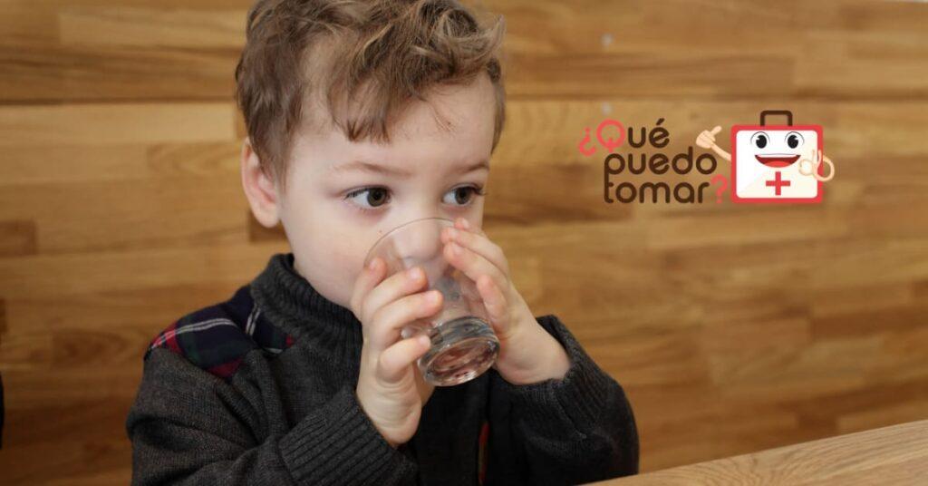 Aunque el niño esté vomitando, es importante seguir hidratándolo,